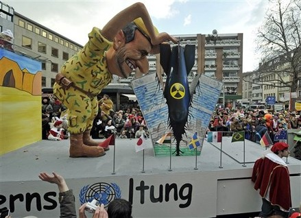 Ahmadinejad/UN float in 2012 Cologne Carnival parade