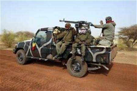 Malian soldiers leave Timbuktu in a pickup truck