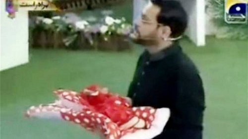Controversial ... Aamir Liaquat Hussain gifting a baby girl on his television show. Photo: YouTube
