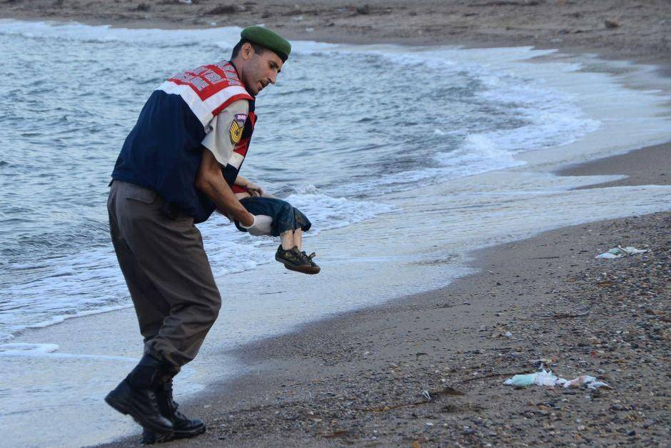 Abdullah Kurdi with drowned Aylan Kurdi